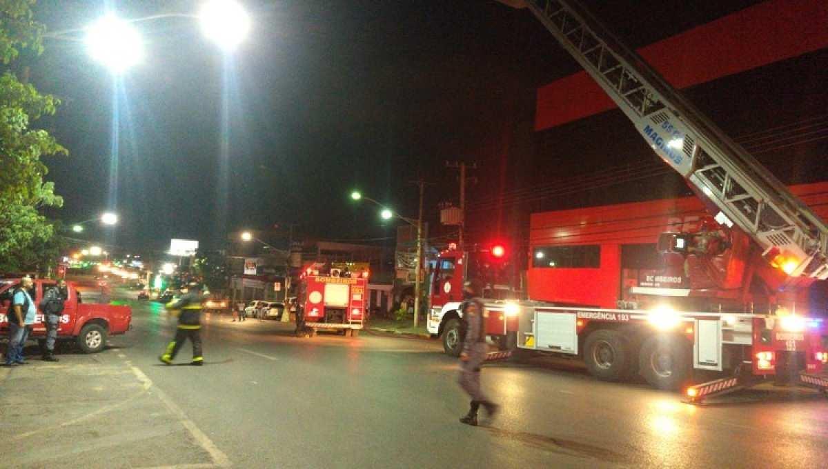 d3707a8f5d6d5ed7a9df73fd1b1c2ef4 Imagens fortes: Prédio atingido por um grande incêndio desaba em cima dos bombeiros em Cuiabá (MT) – Assista aos vídeos