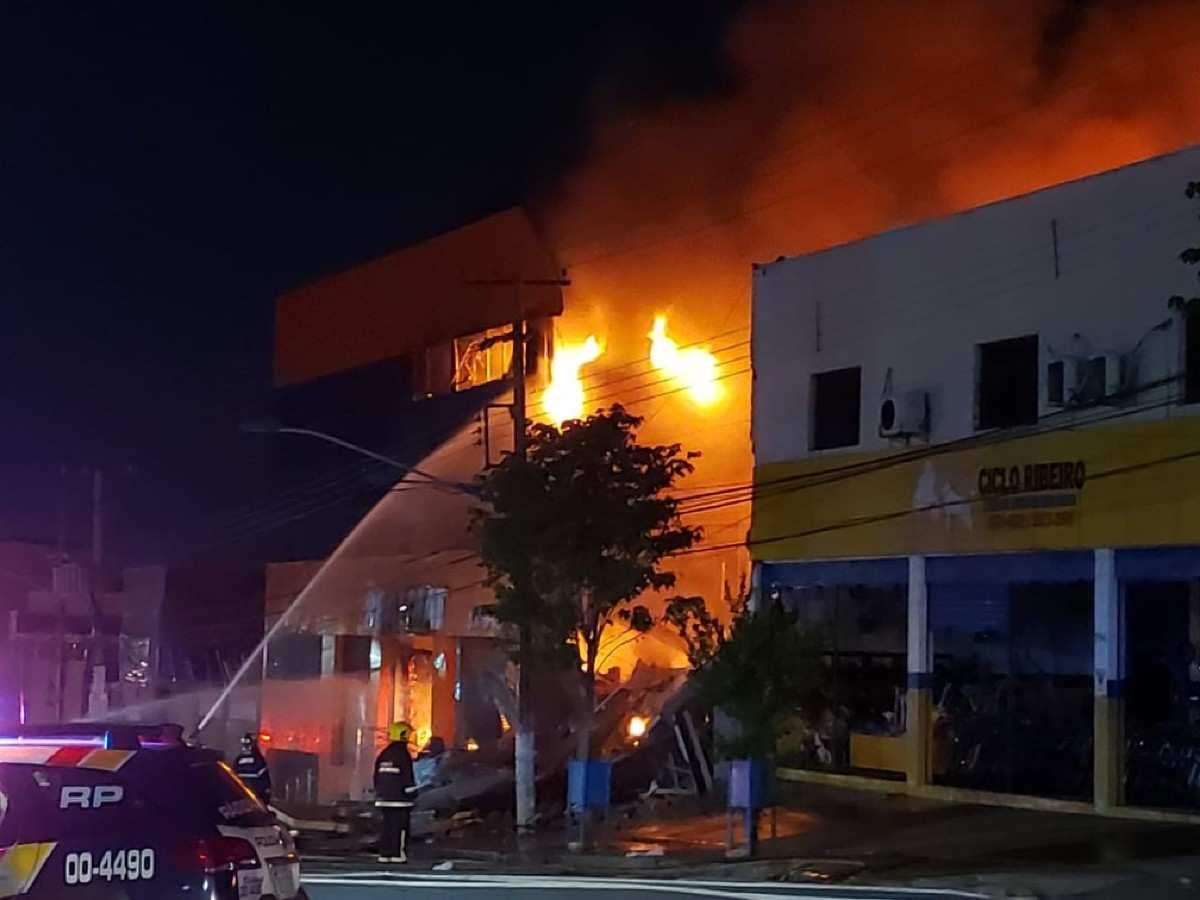 61de662535fc5d5479b8eb3d775dbd22 Imagens fortes: Prédio atingido por um grande incêndio desaba em cima dos bombeiros em Cuiabá (MT) – Assista aos vídeos