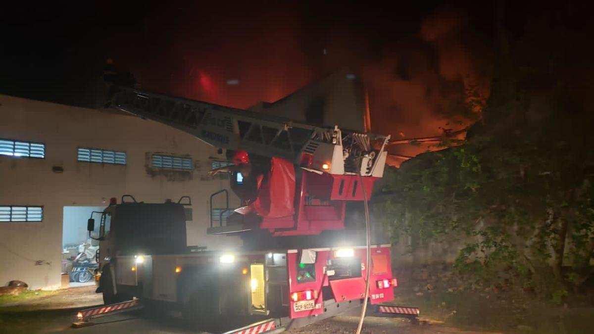 f017d539e563bc3af549bf445f071e49 Imagens fortes: Prédio atingido por um grande incêndio desaba em cima dos bombeiros em Cuiabá (MT) – Assista aos vídeos